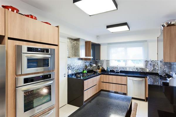 cozinha preta com moveis de madeira