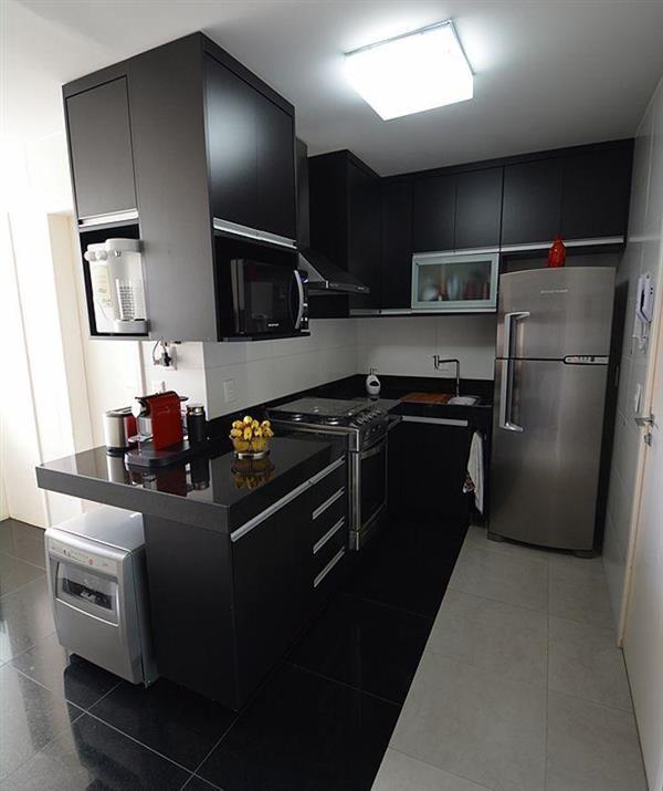cozinha preta corredor
