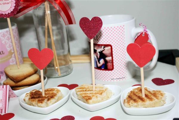 mesa de cafe da manha decorada com corações