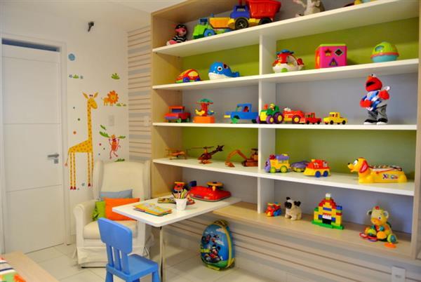 quarto infantil decorado com prateleiras
