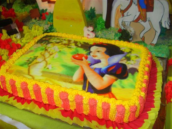 bolo branca de neve amarelo e vermelho