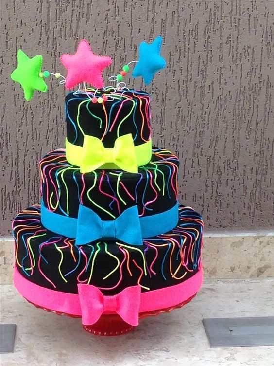 bolo para festa com laço de pasta americana