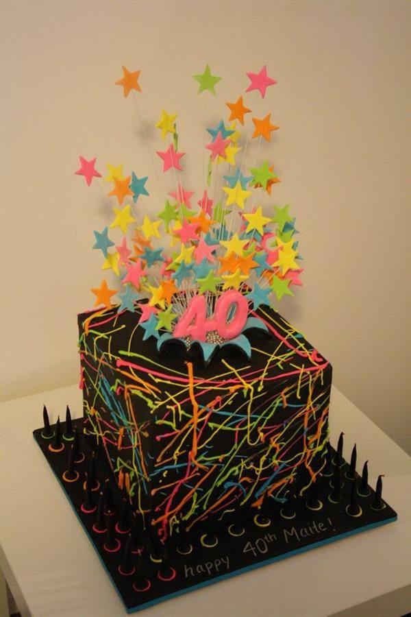 bolo com estrelas fluorescentes no topo