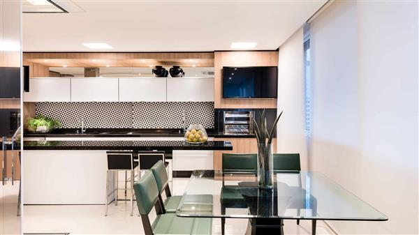 cozinha com revestimento preto e branco
