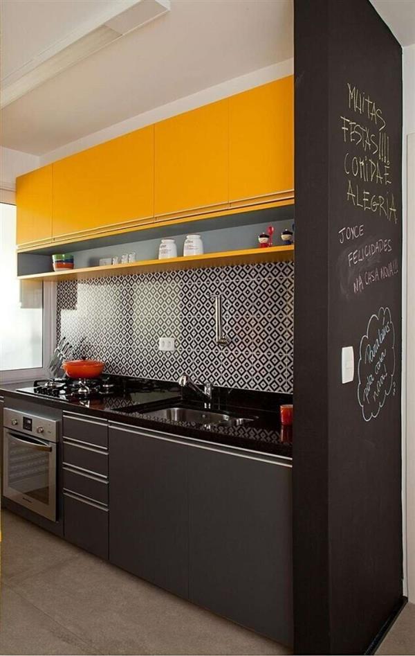 decoracao-amarela-e-preta-para-cozinha-compacta