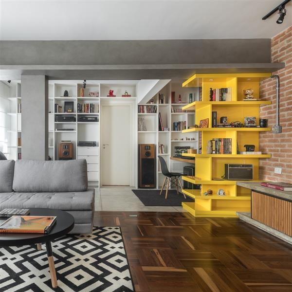 Estante-amarela-para-livros-de-parede