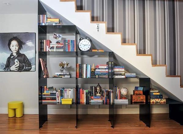 espaco-escada-estante-chapas-metal-livros