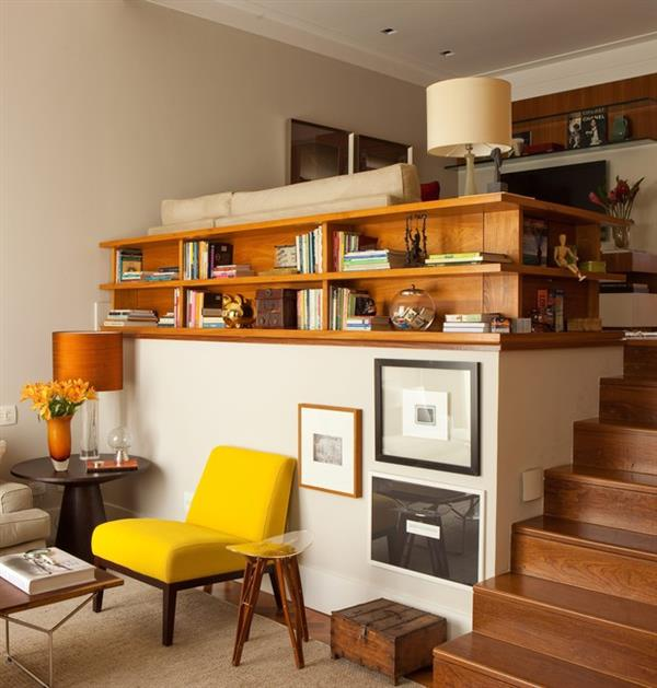 estante-prateleira-sofa-sala-madeira-escada