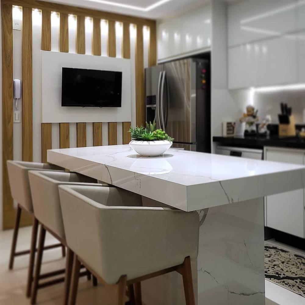cozinha com ilha grande de porcelanato