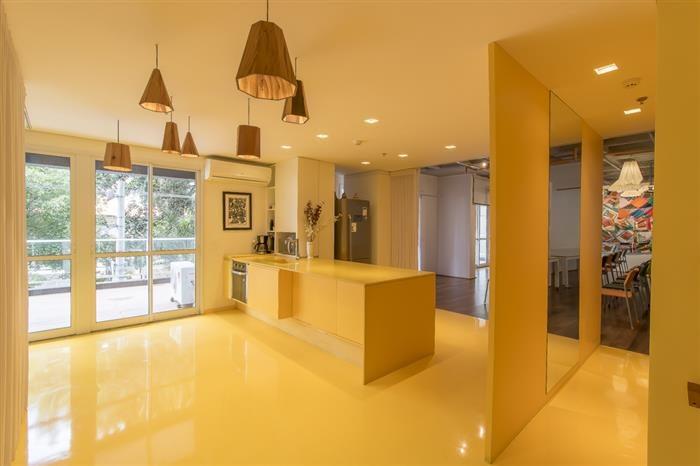 cozinha luxuosa amarela