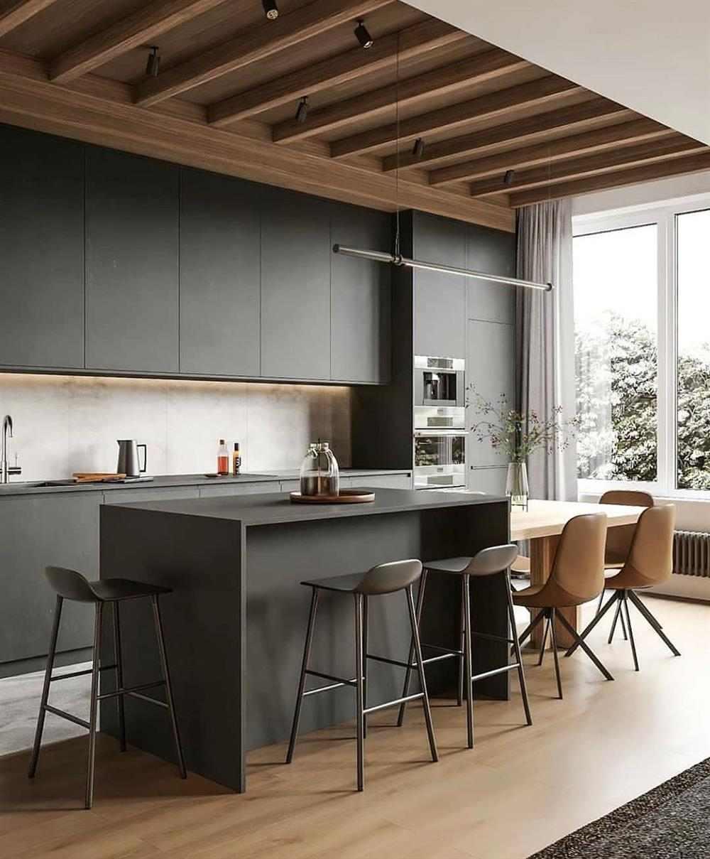 cozinha cinza com teto de madeira