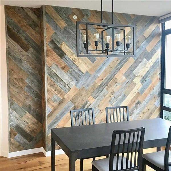 sala de jantar com parede de madeira