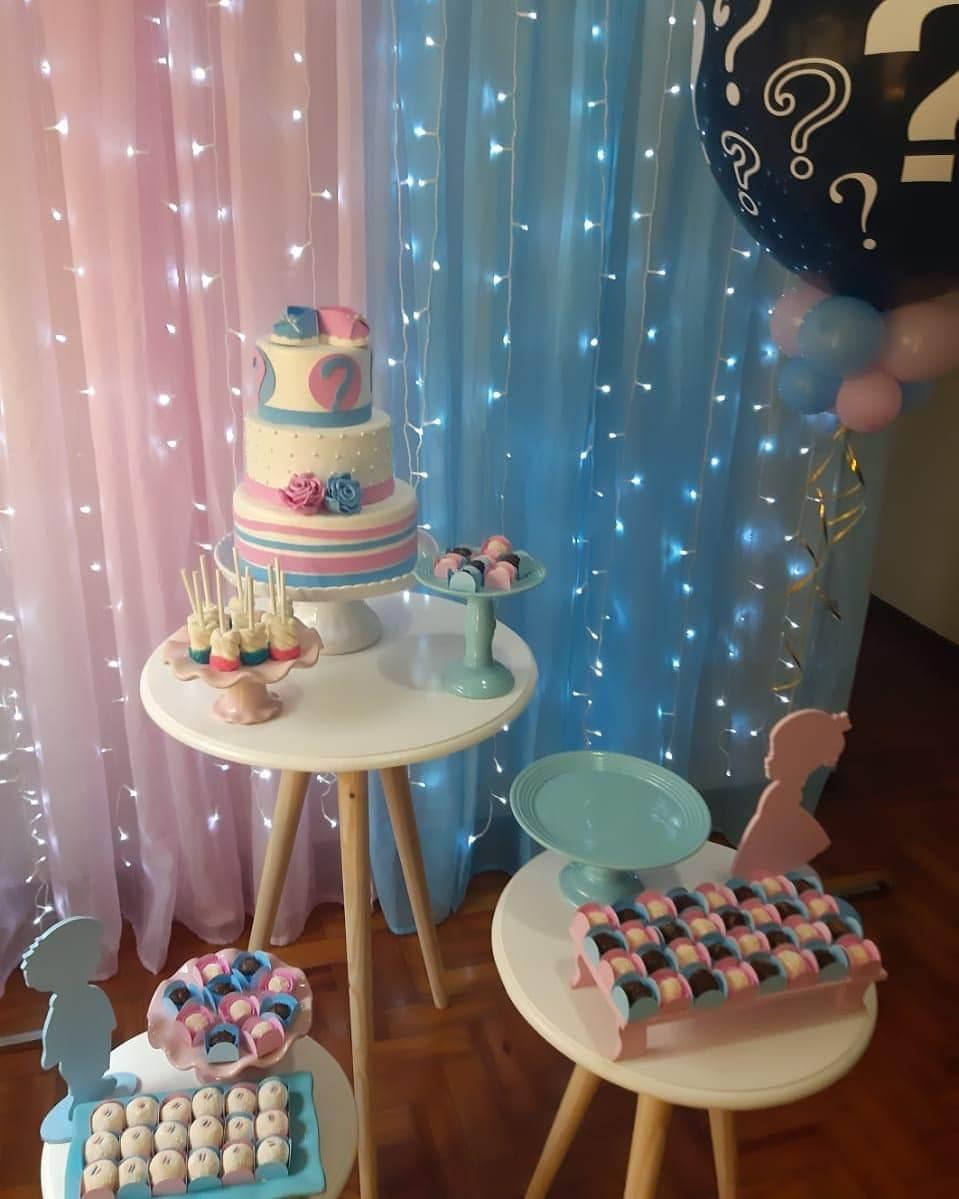 painel com cortina azul e rosa e pisca pisca