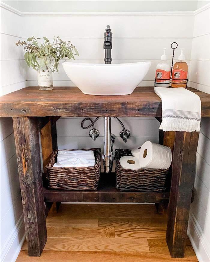 banheiro rustico com madeira