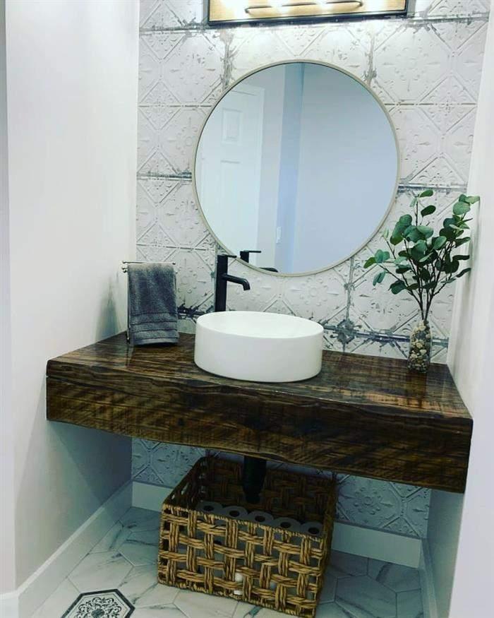 banheiro rústico de madeira