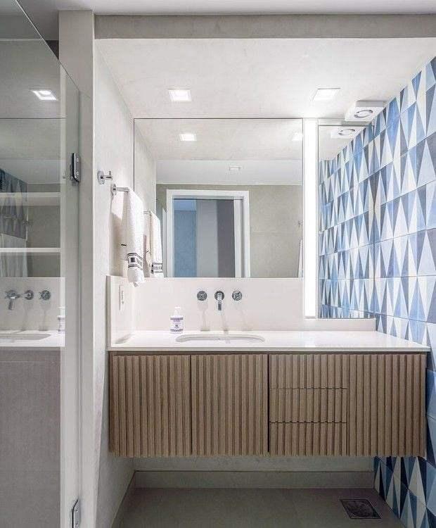 banheiro com piso azul