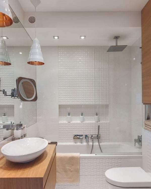 banheiro com ladrilhos brancos