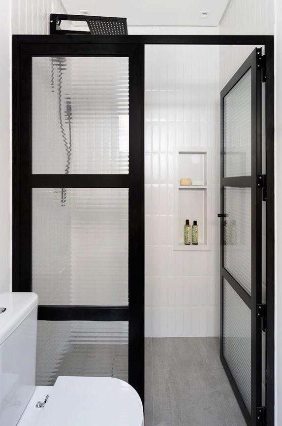 banheiro com portas de vidro