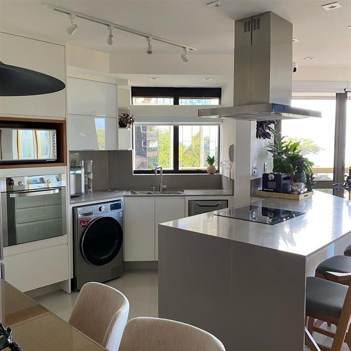 cozinha aberta com lavanderia
