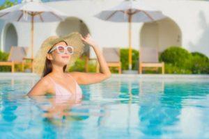 ombrelone na piscina
